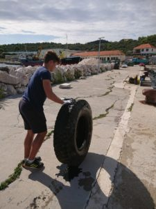 Članovi lokalne zajednice u Salima sudjeluju u uklanjaju otpada
